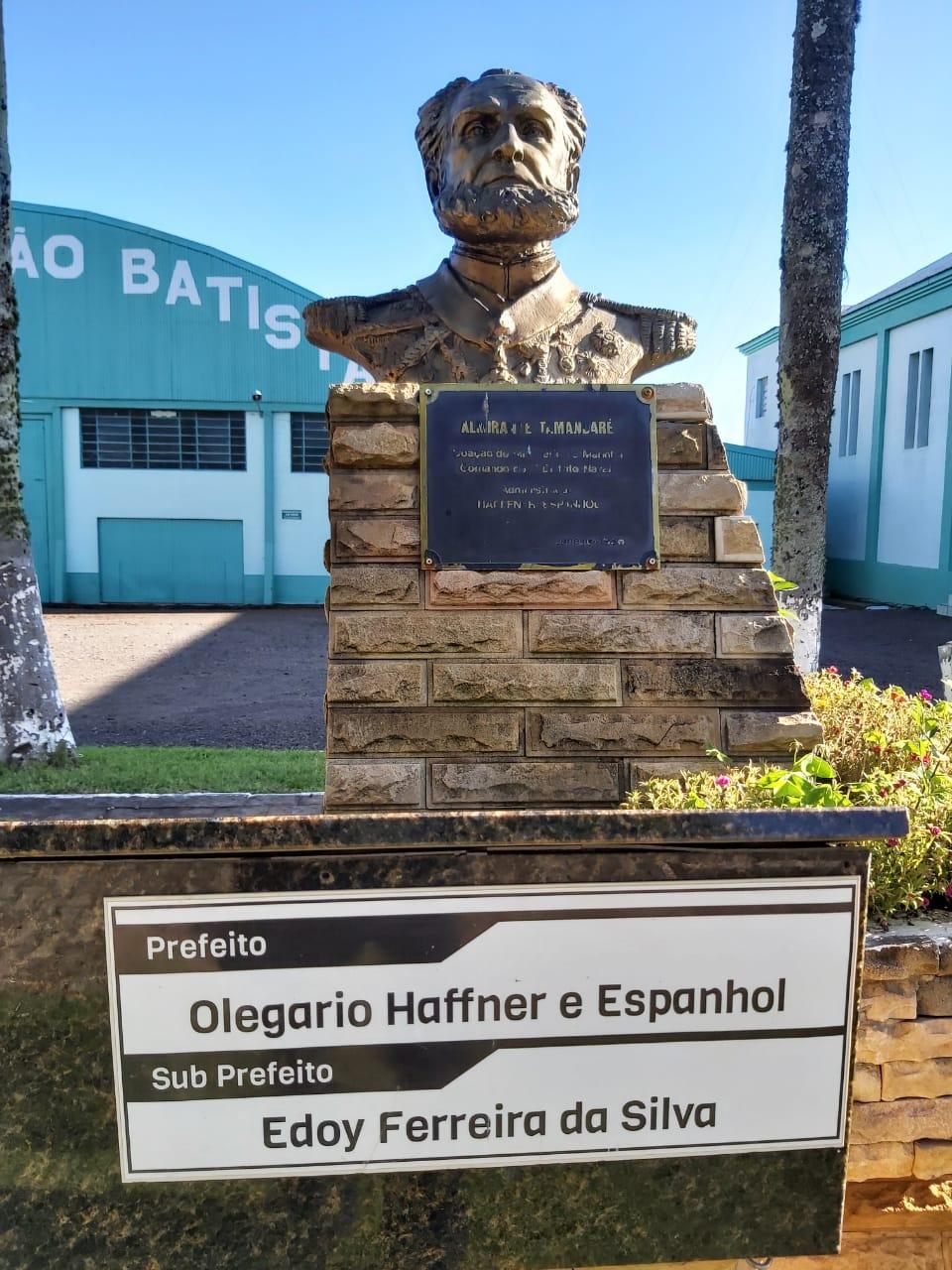 Monumento e Placa na Praça da Igreja em Almirante Tamandaré do Sul  RS